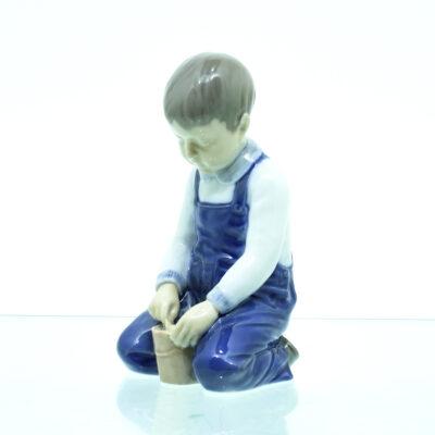dreng barn spand porcelæn figur